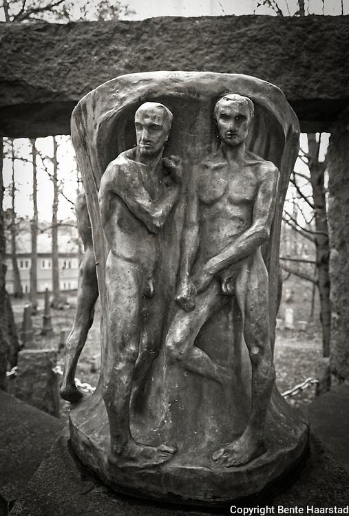 Gravmonument laget av Gustav Vigeland, kirkegården ved Nidarosdomen.