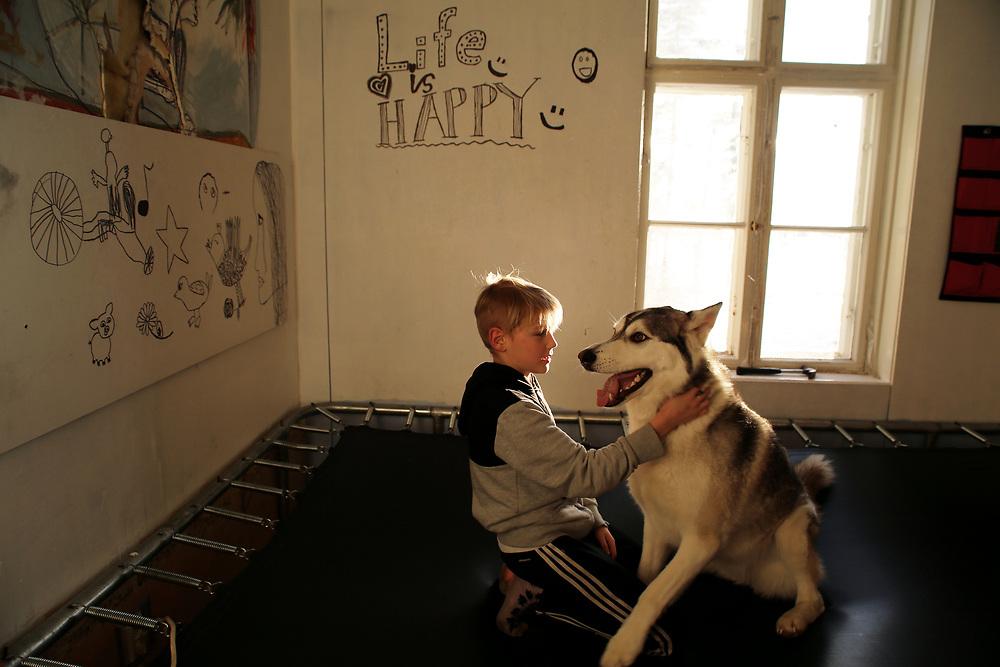 L'un des 6 enfants de Juha Jarvinen, l'une des 2 000 personnes qui reçoit le revenu de base, chez lui à Kesti