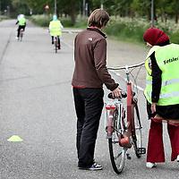 Nederland, Amsterdam , 27 mei 2010..Fietscursus voor allochtone vrouwen en meisjes bij Sportpark de Eendracht..Foto:Jean-Pierre Jans