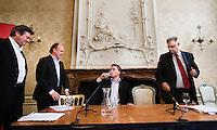 """Nederland. Den Haag, 1 juni 2007. <br /> De Commissie-Vreeman presenteert haar rapport over de gang van zaken die heeft geleid tot verlies van negen Kamerzetels bij de Tweede-Kamerverkiezingen van 2006 . """"De scherven opgeveegd."""".  Wouter Bos , interim voorzitter Ruud Koole, Ruud Vreeman, Links ; Dig Istha.<br /> Foto Martijn Beekman NIET VOOR TROUW, AD, TELEGRAAF, NRC EN HET PAROOL"""
