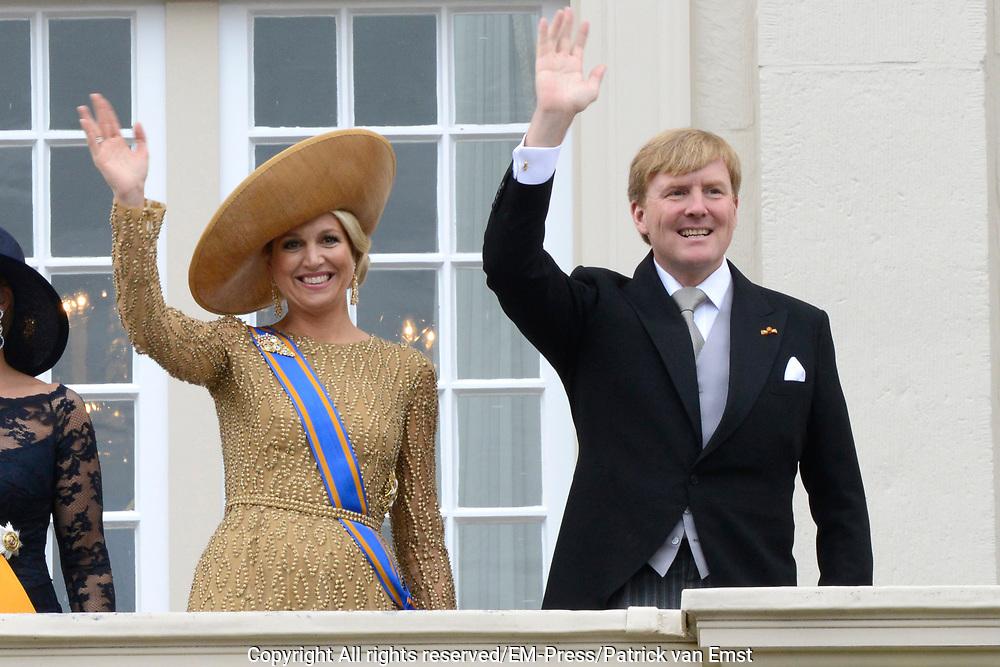 Prinsjesdag 2013 Koning Willem-Alexander en koningin M&aacute;xima groeten het publiek vanaf het bordes van Paleis Noordeinde.<br /> <br /> Budget Day 2013 King Willem-Alexander and M&aacute;xima queen greet the crowd from the balcony of Noordeinde Palace.