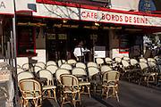 Terrasse de café bords de Seine  //  Parisian pavement café.