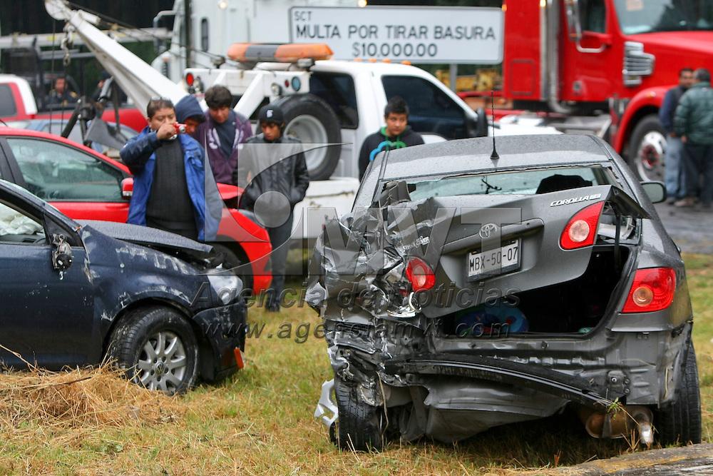Mexico, D.F.- Al menos 20 vehiculos se vieron involucrados en distintos accidentes en un tramo de 3 kilometros de la autopista Toluca - Mexico, antes de la caseta de cobro, la densa niebla y la lluvia en la zona generaron los percanses; no fueron reportadas personas lesionadas y todos los automoviles fueron concentrados en el destacamento de la policia federal, unos kilometros de la caseta. Agencia MVT / Mario Vazquez de la Torre. (DIGITAL)