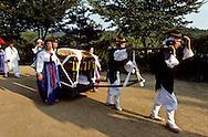 nuptial parade is following her husband in a palanquin la mariée suit dans un palanquin ///R00029/14    L2691  /  R00029  /  P0002966