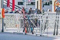 15.03.2020, Kaprun, AUT, Coronavirus in Österreich, im Bild Ski und Skistöcke an einem Skiständer abgestellt. Dahinter sitzen Gäste in einem Gastgarten. Die Kapruner Gletscherbahnen stellen mit 15. März ihren Winter Betrieb zur Eindämmung der Verbreitung des Corona Virus ein // Ski and poles placed on a ski stand. The Kaprun glacier lifts close their Ski Resort on March 15 ,in an effort to slow the ongoing spread of the coronavirus, Kaprun, Austria on 2020/03/15. EXPA Pictures © 2020, PhotoCredit: EXPA/Stefanie Oberhauser