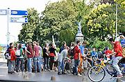 Nederland, Nijmegen, 18-8-2014Nijmeegse dag van de introductie voor eerstejaarsstudenten aan de Radboud universiteit, ru.Groepjes eerstejaars verkennen de stad. Op het Kelfkensbos, het plein voor het Valkhofpark en valkhof museum, verzamelen zich een hele groep.Foto: Flip Franssen/Hollandse Hoogte