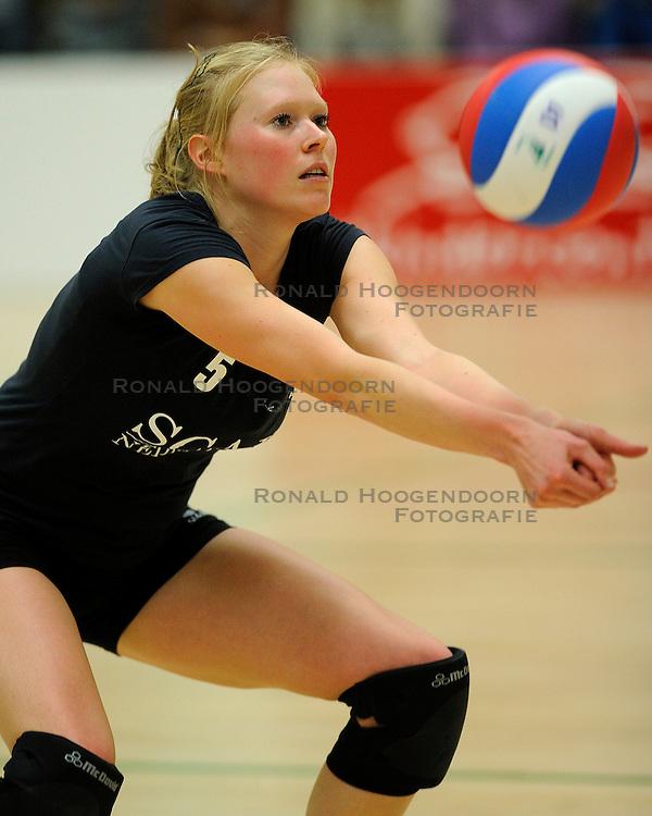 27-10-2012 VOLLEYBAL: VV ALTERNO - SLIEDRECHT SPORT: APELDOORN<br /> Sliedrecht Sport wint met 3-1 van Alterno / Quirine Oosterveld<br /> &copy;2012-FotoHoogendoorn.nl