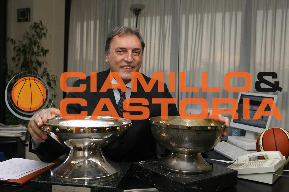 DESCRIZIONE : Roma FIP Il Commissario straordinario della Federazione Italiana Pallacanestro Dino Meneghin nel suo nuovo ufficio <br /> GIOCATORE : Dino Meneghin<br /> SQUADRA : Nazionale Italia<br /> EVENTO : Con i trofei dei due Campionati Eupei vinti dalla nostra nazionale nel 1980 e nel 1999<br /> GARA : <br /> DATA : 09/10/2008 <br /> CATEGORIA : ritratto posato<br /> SPORT : Pallacanestro <br /> AUTORE : Agenzia Ciamillo-Castoria/E.Castoria<br /> Galleria : Fip Nazionali 2008<br /> Fotonotizia : Roma FIP Il Commissario straordinario della Federazione Italiana Pallacanestro Dino Meneghin nel suo nuovo ufficio <br /> Predefinita :