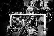 Una donna mostra una fotografia di un bambino vittima  dei conflitti tra Ucraina e separatisti filorussi durante una manifestazione per le vie della capitale, Roma 28 Giugno 2014.  Christian Mantuano / OneShot