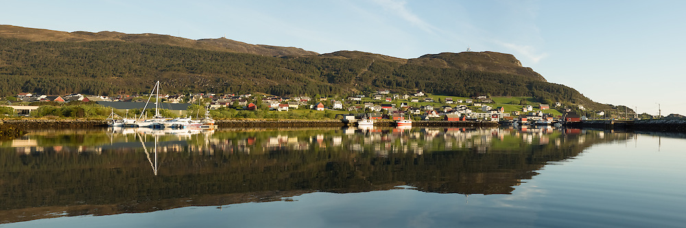 Panoramic view at Kvalsund, Norway. Early morning light with reflections in the sea | Nydelig morgenlys på Kvalsund, med spegling i sjøen