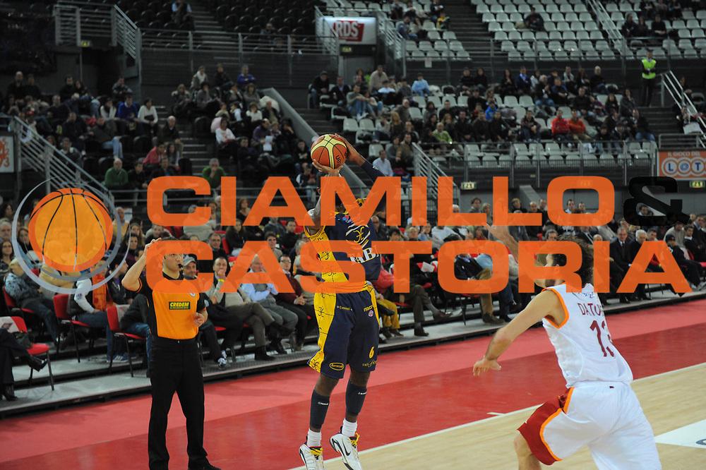 DESCRIZIONE :Roma Lega A 2010-11 Lottomatica Virtus Roma Fabi Shoes Montegranaro<br /> GIOCATORE : Bobby Jones<br /> SQUADRA : Fabi Shoes Montegranaro<br /> EVENTO : Campionato Lega A 2010-2011<br /> GARA : Lottomatica Virtus Roma  Fabi Shoes Montegranaro <br /> DATA : 06/01/2011<br /> CATEGORIA : Tiro sospensione<br /> SPORT : Pallacanestro <br /> AUTORE : Agenzia Ciamillo-Castoria/A.Ciucci<br /> Fotonotizia : Roma Lega A 2010-11 Lottomatica Virtus Roma Fabi Shoes Montegranaro<br /> Predefinita :