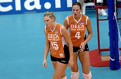 14-10-2006 VOLLEYBAL: DELA TROPHY: NEDERLAND - CUBA: DEN BOSCH<br /> De Nederlandse volleybalsters hebben ook de tweede wedstrijd in de testserie tegen Cuba, met als inzet de Dela Cup, gewonnen. In Den Bosch zegevierde Oranje zaterdagavond opnieuw met 3-2 / Ingrid Visser en Chaine Staelens<br /> ©2006-WWW.FOTOHOOGENDOORN.NL