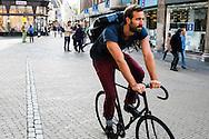 Nederland, Utrecht, 10 okt 2014<br /> Mensen op straat. Man op racefiets zonder remmen in de stad<br /> Foto: (c) Michiel Wijnbergh