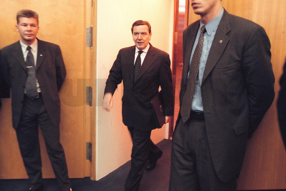 10 JAN 2001, BERLIN/GERMANY:<br /> Gerhard Schroeder, SPD, Bundeskanzler, auf dem Weg zur Kabinettsitzung, Bundeskanzleramt<br /> IMAGE: 20010110-01/01-09<br /> KEYWORDS: Gerhard Schröder, Kabinett