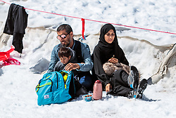 THEMENBILD - eine Arabische Familie beim Picknick im Schnee. Jedes Jahr besuchen mehrere Tausend Gäste aus dem arabischen Raum die Urlaubsregion im Salzburger Pinzgau, aufgenommen am 08. August 2016 in Kaprun, Österreich // an Arab family picnicking in the snow. Every year thousands of guests from Arab countries takes their holiday in Zell am See - Kaprun Region, Kaprun, Austria on 2016/08/08. EXPA Pictures © 2016, PhotoCredit: EXPA/ JFK