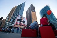 17 AUG 2009, BERLIN/GERMANY:<br /> SPD-Wahlwuerfel, Potsdamer Platz<br /> IMAGE: 20090817-03-177<br /> KEYWORDS: Wahlwürfel, Würfel, Roter Würfel, Wahlkampf, Bundestagswahl 2009