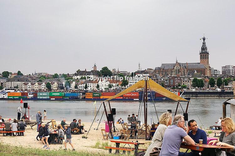 Nederland, The Netherlands, Nijmegen 15-7-2017 Recreatie, ontspanning, cultuur, dans, theater en muziek in de stad. Cultuurfestival op het eiland is een van de tientallen feestlocaties. Onlosmakelijk met de vierdaagse, 4daagse, zijn in Nijmegen de vierdaagse feesten, de zomerfeesten. Talrijke podia staat een keur aan artiesten, voor elk wat wils. Een week lang elke avond komen ruim honderdduizend bezoekers naar de stad. De politie heeft inmiddels grote ervaring met het spreiden van de mensen, het zgn. crowd control. De vierdaagsefeesten zijn het grootste evenement van Nederland en verbonden met de wandelvierdaagse. Foto: Flip Franssen