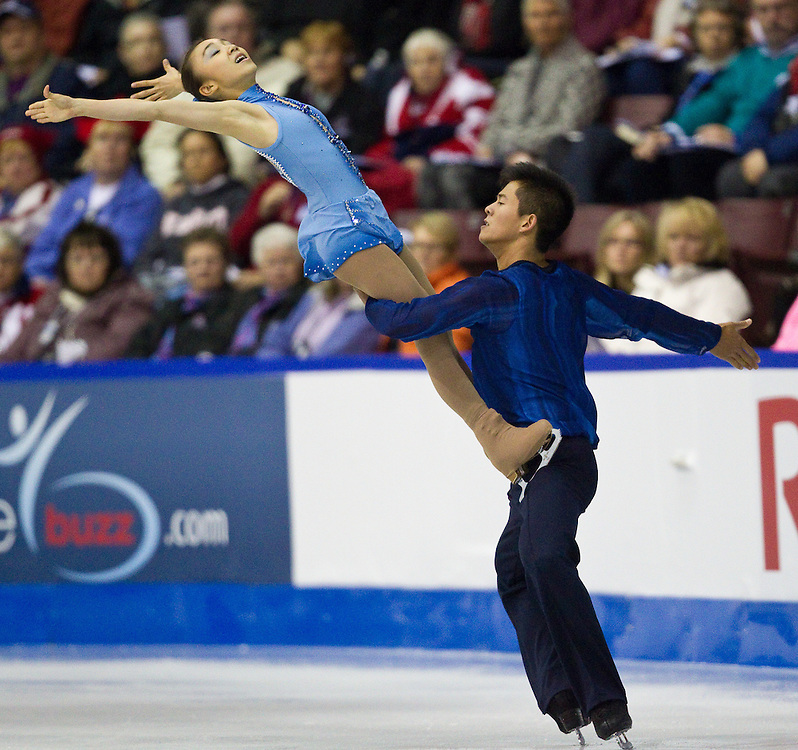 GJR317 -20111028- Mississauga, Ontario, Canada-  Narumi Takahashi  and Mervin Tran of Japan skate their short program at Skate Canada International, October 28, 2011.<br /> AFP PHOTO/Geoff Robins