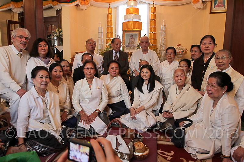 Les héritiers de la maison princière commémorent la naissance du royaume de champassak. Plusieurs anciens dignitaires et le prince régent S.A.R. Sauriyavong Savang se joignent à la cérémonie.  Le vénérable prhakrou Savat Nitsaybandhit conduit les offices religieuses à la pagode de Dhammabhirom.