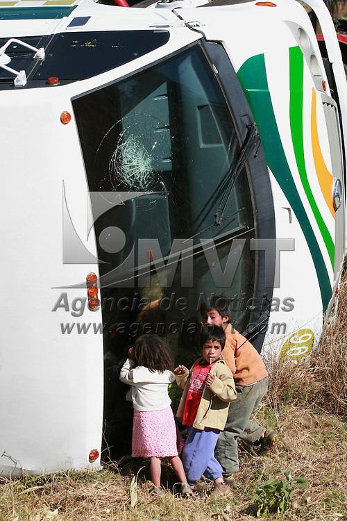 Toluca, Mex.- Al menos 16 personas resultaron lesionadas, nueve de ellas de gravedad al volcarse un autobus de pasajeros en el kilometro 20 de la carretera Tianguistenco - Chalma, siendo necesario el traslado de dos heridos por helicopteros &quot;relampagos&quot; de la Agencia de Seguridad Estatal (ASE). Agencia MVT / Mario Vazquez de la Torre. (DIGITAL)<br /> <br /> <br /> <br /> <br /> <br /> <br /> <br /> NO ARCHIVAR - NO ARCHIVE