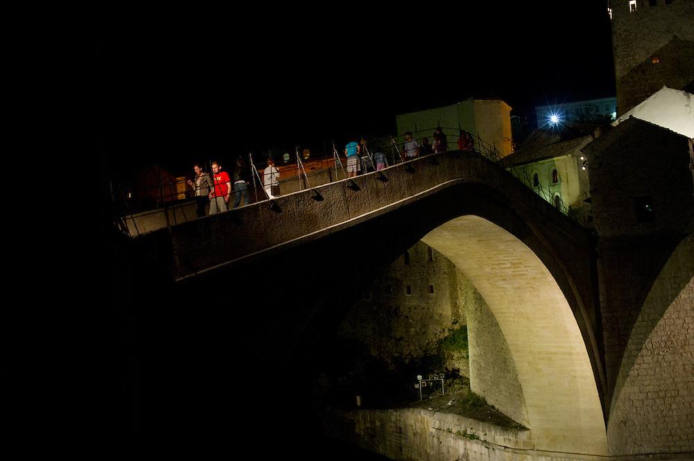 Il ponte vecchio, simbolo della citt&agrave; unita, Mostar, Bosnia-Erzegovina, 2012<br /> <br /> 26 maggio, 2004<br /> Il tour &egrave; iniziato con una camminata verso il ponte vecchio, Stari Most, considerato il simbolo della citt&agrave;. Distrutto durante la guerra, &egrave; stato fedelmente ricostruito nello stesso materiale. L'inaugurazione &egrave; prevista per il 23 luglio. L'accesso al ponte &egrave; proibito.