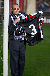 Cancer survivor shares story with Sir Alex Ferguson. East End Park. Dunfermline 31/10/2016<br />