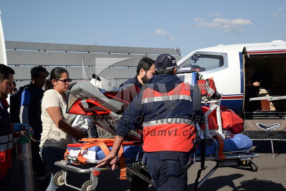 Toluca, México (Diciembre 21, 2016).- Eruviel Ávila Villegas, gobernador del Estado de México, superviso el traslado del niño Juan Carlos quien resulto quemado en un 30% de su cuerpo, en la explosión ocurrida en el mercado de San Pablito, en Tultepec, del Aeropuerto Internacional de Toluca (AIT) hacia Texas, Estados Unidos.  Agencia MVT / Crisanta Espinosa