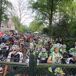 WIELRENNEN Rijssen, de 62e ronde van Overijssel werd op zaterdag 3 mei verreden. Geduldig wachten de renners achter het hek voor vertrek van de 62e ronde van Overijssel