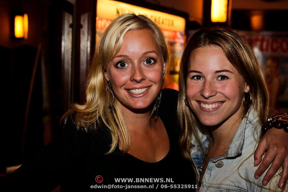 NLD/Amsterdam/20100601 - Persviewing musical Petticoat, Anne Delien (zwarte blouse) en Jantien Eeuwe