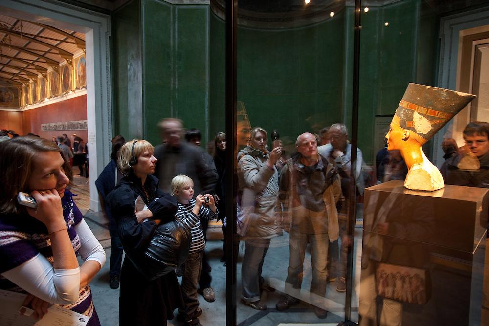 Germany - Deutschland - MUSEUMSINSEL in Berlin;Tausende bei Nofretete im Neuen Museum, das vom britischen Architekten David Chipperfield von 2003 an saniert und teilrekonstruiert wurde. Berlin, 17.10.2009