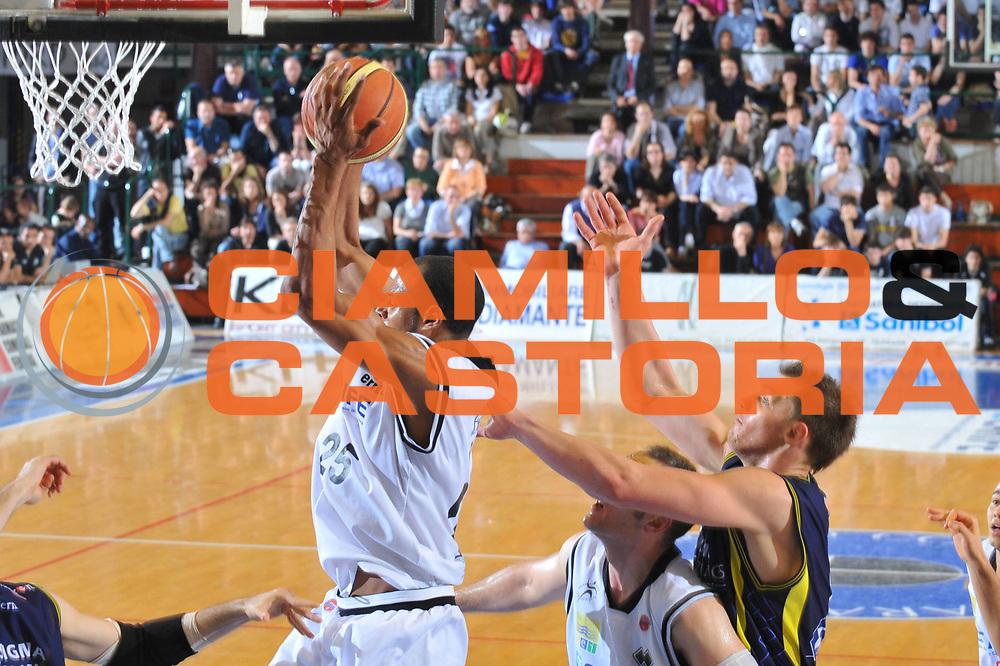 DESCRIZIONE : Ferrara Lega A 2009-10 Basket Carife Ferrara Sigma Coatings Montegranaro<br /> GIOCATORE : Sharrod Ford<br /> SQUADRA : Carife Ferrara<br /> EVENTO : Campionato Lega A 2009-2010<br /> GARA : Carife Ferrara Sigma Coatings Montegranaro<br /> DATA : 25/04/2010<br /> CATEGORIA : Tiro<br /> SPORT : Pallacanestro<br /> AUTORE : Agenzia Ciamillo-Castoria/M.Gregolin<br /> Galleria : Lega Basket A 2009-2010 <br /> Fotonotizia : Ferrara Campionato Italiano Lega A 2009-2010 Carife Ferrara Sigma Coatings Montegranaro<br /> Predefinita :