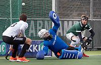 AMSTELVEEN - keeper Mark Ingram (Rdam)  bij 6-1 tijdens de hoofdklasse hockeywedstrijd Amsterdam-HC Rotterdam (7-1). rechts Timo Goor (R'dam) , links Wiegert Schut (Adam)    COPYRIGHT KOEN SUYK