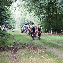 28-09-2016: Wielrennen: Olympia Tour: Assen <br />ASSEN (NED) wielrennen<br />Op de keien richting Exloo geeft de kopgroep nog eens gas