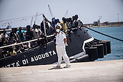 Italian Navy personel coordinats the landing in the harbour. 192 persons 167 men 25 women, 6 of them where carried to the hospital.