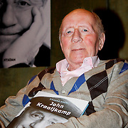NLD/Laren/20100419 - Overhandiging boek John Kraaijkamp, John Kraaijkamp