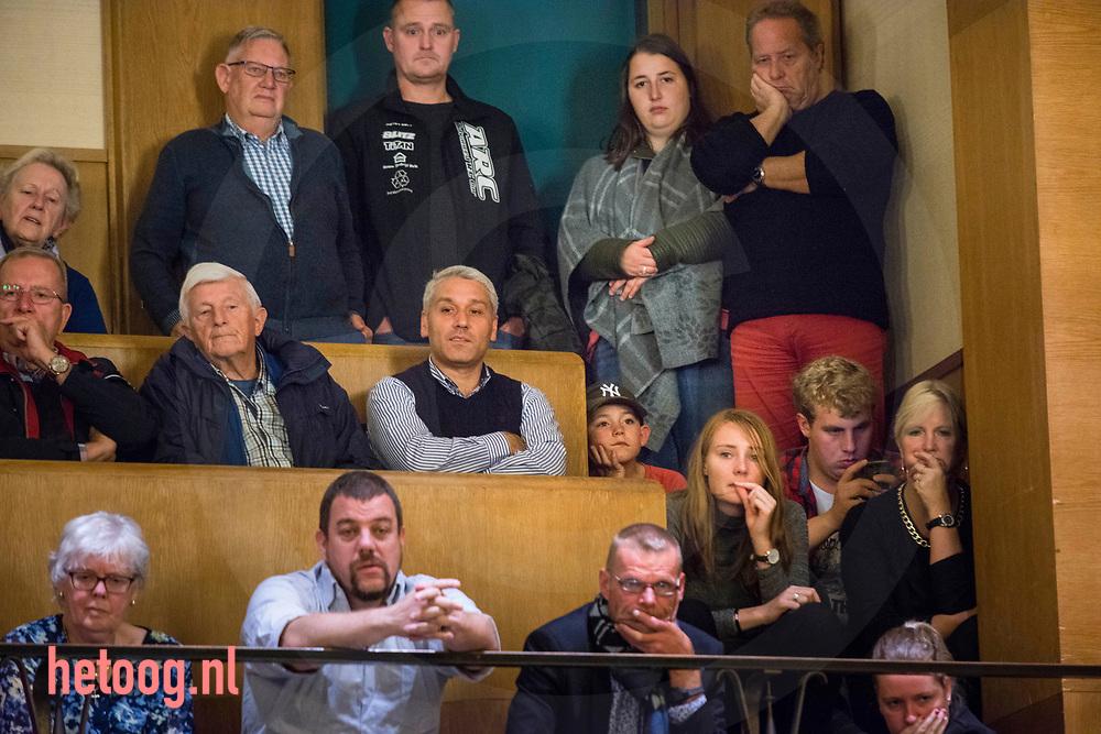 Nederland, Enschede 09okt2017 Burgers, met in het midden er erg jonge bezoeker, aanwezig bij een gemeenteraadsvergadering in Enschede waarin de visie / plannen op de zwembaden wordt besproken ( sluiting zwembad 'de Brug') alsmede de financiering van de nieuw te bouwen moskee. waarover al eerdre veel te doen was. Fotografie: Cees Elzenga CE20171009