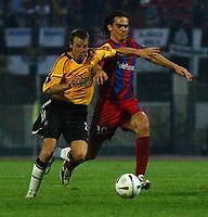 Fotball<br /> UEFA Cup 2004<br /> 21.10.2004<br /> Foto: SBI/Digitalsport<br /> NORWAY ONLY<br /> <br /> Panionios v Newcastle United<br /> <br /> Panionios' Tziolis and Newcastle's Lee Bowyer