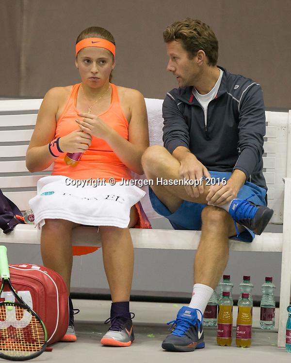 JELENA OSTAPENKO (LAT) spricht mit ihrem Trainer Wim Fissette waehrend der Spielpause,<br /> Tennis - Ladies Linz 2016 - WTA -  TipsArena  - Linz - Oberoesterreich - Oesterreich - 11 October 2016. <br /> &copy; Juergen Hasenkopf