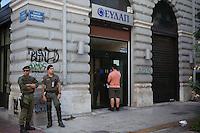 Nach der Einf&uuml;hrung von Kapitalverkehrskontrollen ist es in Griechenland nur noch m&ouml;glich, t&auml;glich bis zu 60 Euro abzuheben. Polizei und zahlreiche private Sicherheitsdienste haben vor den Athener Bankfilialen Stellung bezogen. &quot;Man muss das Paradoxe aushalten und lernen, das Andererseits im Einerseits mitzuden- ken und umgekehrt: &bdquo;Ja&ldquo; und &bdquo;Nein&ldquo; &ndash; das sind Lager und Schnittmengen zugleich, weil Alexis Tsipras eine Bedrohung ist und eine Hoffnung. Viele Menschen ha- ben sich an die Krise gew&ouml;hnt wie an die Sommerhitze, sie ist zu einem Teil ihres Alltags geworden und l&auml;hmt das Land. Aber man muss mit ihr zurechtkommen.<br /> &bdquo;Europa schuldig zu sprechen wegen seiner angeblichen Austerit&auml;tspolitik, ist immer der falsche Ansatz&ldquo;<br /> Apostolos Siokas<br /> Vize-B&uuml;rgermeister Moschato<br /> Zeiten waren schwierig, die Zeiten sind schwierig und die Zeiten werden schwierig sein. Eben drum aber sehnt man sich zugleich nach einer Katharsis, nach der Bereinigung einer Gegenwart, die nicht vergehen will.&quot; <br /> <br /> &quot;Der ewige Marathon&quot; | Dieter Schnaas | Wirtschaftswoche 29/10.7.2015