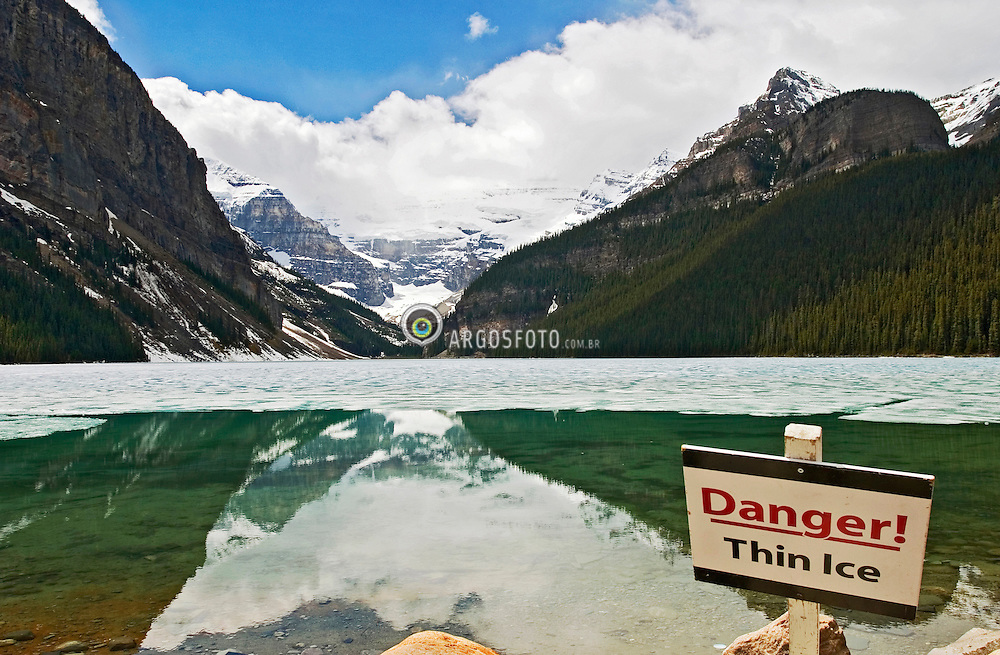 Banff, Alberta, Canada   21/Maio/2005.Lago Louise. Patrimonio Cultural Natural da Unesco. A cor esmeralda das aguas do lago se deve ao sedimento das rochas depositados no lago e ao degelo dos glaciares. Local turistico onde se praticam o hiking, scrambling e o esqui. / The emerald  waters of Lake Louise. Banff National Park. Lake Louise is both an actual lake and a nearby hamlet located in the Canadian province of Alberta in Banff National Park. The unique emerald colour of the lake comes from rock flour carried into the lake by melt-water from the glaciers that overlook the lake. Recreational activities in the area include hiking, scrambling, and exceptional down-hill skiing..Foto Marcos Issa/Argosfoto