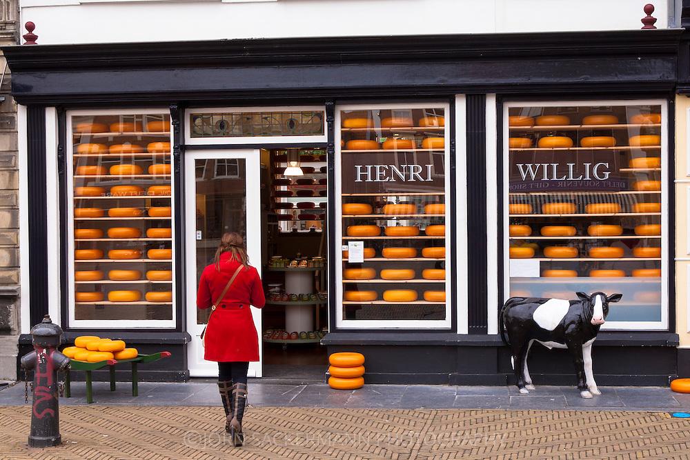 Europe, The Netherlands, South Holland, Delft, dutch cheese shop at the market.<br /> <br /> Europa, Niederlande, Suedholland, Delft, Kaesegeschaeft am Markt, Hollaendischer Kaese.