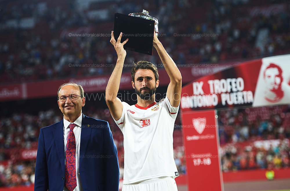 SEVILLE, SPAIN - AUGUST 10:  Nicolas Pareja of Sevilla FC (R) and President of Sevilla FC Pepe Castro (L) poses with the trophy after win AS Roma during a Pre Season Friendly match between Sevilla FC and AS Roma at Estadio Ramon Sanchez Pizjuan on August 10, 2017 in Seville, Spain. (Photo by Aitor Alcalde/Getty Images)