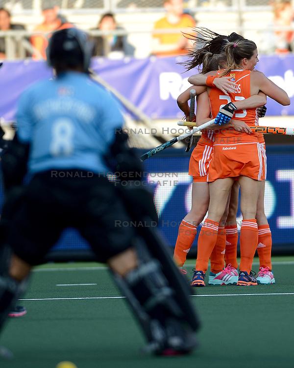 05-06-2014 NED: WK Hockey Nieuw-Zeeland - Nederland, Den Haag<br /> Nederland wint met 2-0 van New Zealand / Kim Lammers maakt de 2-0 , Xan de Waard, Naomi van As