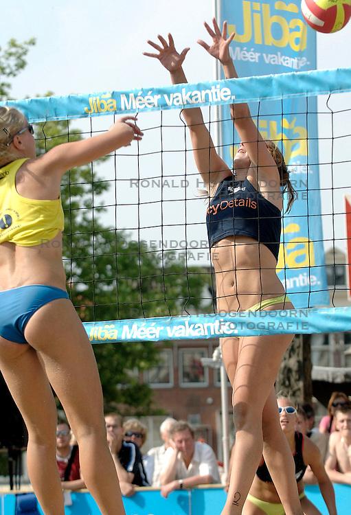 18-06-2006 VOLLEYBAL: CITY BEACH TOUR: GOUDA<br /> De finales van de City Beach! Tour stond dit weekend op de markt van Gouda / Margo Wiltens<br /> &copy;2006-WWW.FOTOHOOGENDOORN.NL