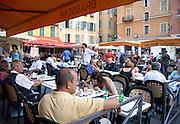 Frankrijk, Nice, 4-9-2006..Op een terras aan een plein in de oude binnenstad zitten mensen ter ontspanning...Foto: Flip Franssen/Hollandse Hoogte