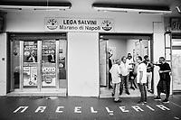 MARANO DI NAPOLI (NA) - 10 SETTEMBRE 2018: Militanti della Lega di fronte alla sede di Marano di Napoli, in un locale precedentemente occupato da una macelleria, il 10 settembre 2018.