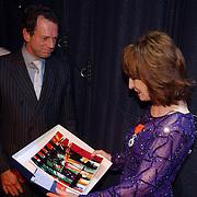 NLD/Alphen aan de Rijn/20051003 - Premiere Dichter bij Liesbeth, Liesbeth List krijgt een bord van de burgemeester