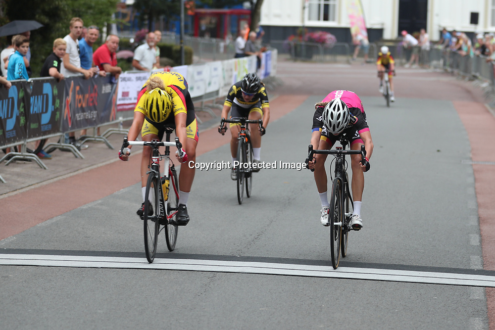 20-08-2016: Wielrennen: Ronde van Markelo: Markelo<br /> MARKELO (NED) wielrennen<br /> Evy Kuijpers hield het in de sprint net voor Aafke Soet
