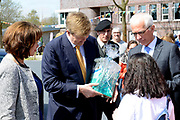 Koning Willem Alexander opent nieuw schoolgebouw Bartimeus, een organisatie voor blinden en slechtzienden.<br /> <br /> King Willem Alexander opens new school Bartimeus, an organization for the blind and visually impaired.<br /> <br /> Op de foto / On the photo: <br /> <br />  Koning Willem-Alexander krijgt een rondleiding over het terrein /// King Willem-Alexander gets a tour of the site