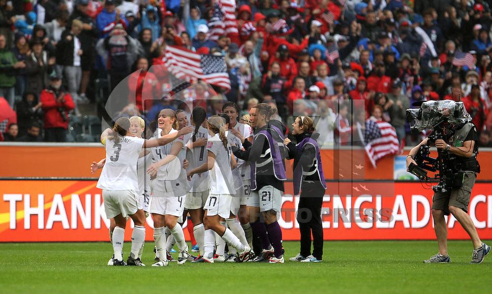 MONCHENGLADBACH, ALEMANHA, 13 DE JULHO DE 2011 - COPA DO MUNDO FIFA FUTEBOL FEMINININO - FRANCA X ESTADOS UNIDOS - Jogadoras dos Estados Unidos  comemoram vitoria por 3 a 1 sobre a Franca em jogo pelas semi-finais da Copa do Mundo Fifa de Futebol Feminino, no  Stadion Im Borussia-Park na cidade de Monchengladbach, nesta quarta-feira (13). (FOTO: WILLIAM VOLCOV - NEWS FREE).